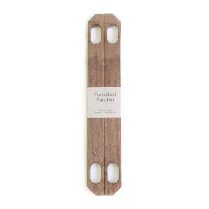De houten sluitingen (Furoshiki patchin) van eik hout (met magneetsluitingen) zijn een geweldige en elegante manier om van je Furoshiki een handige tas te maken die gemakkelijk te dragen, openen en sluiten is.